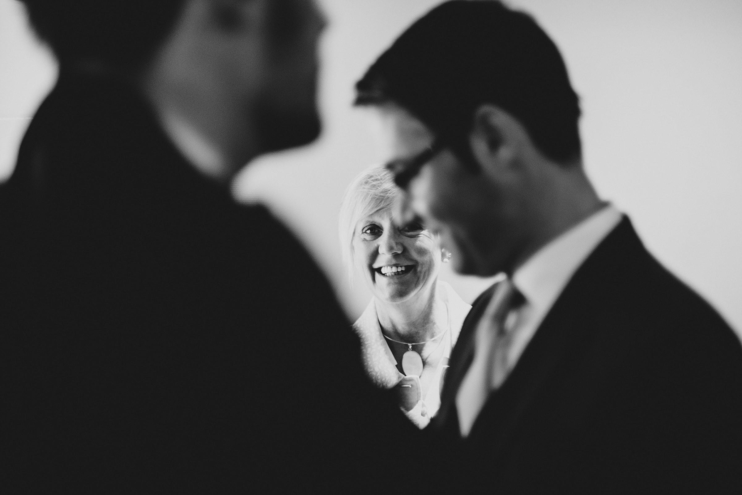 Hochzeitsfotografie Hamburg-Frau-Siemers-Gut Basthorst- Mutter der Bräutigams ist aufgeregt