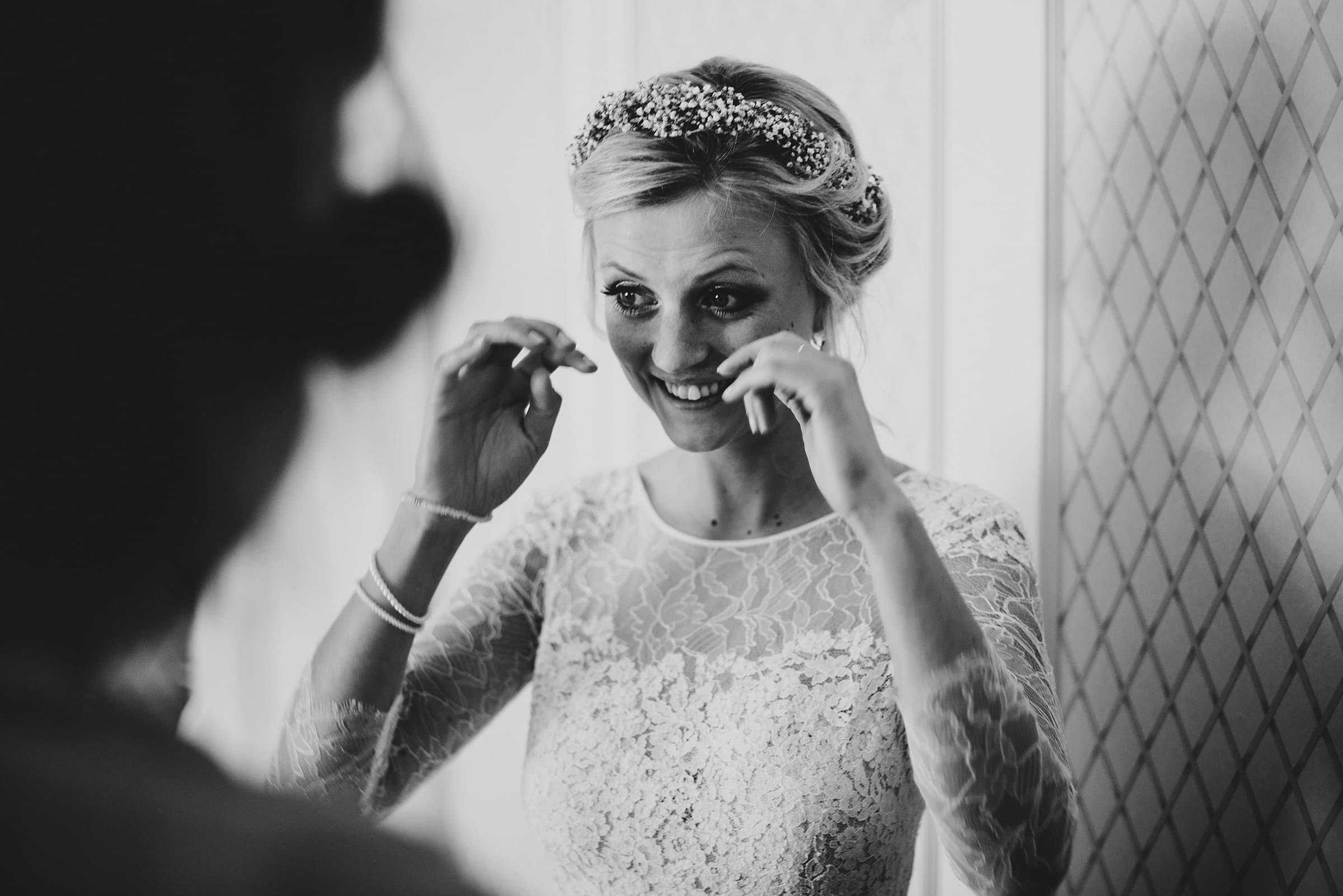 Hochzeitsfotografie Hamburg-Frau-Siemers-Gut Basthorst- Braut weint vor Aufregung