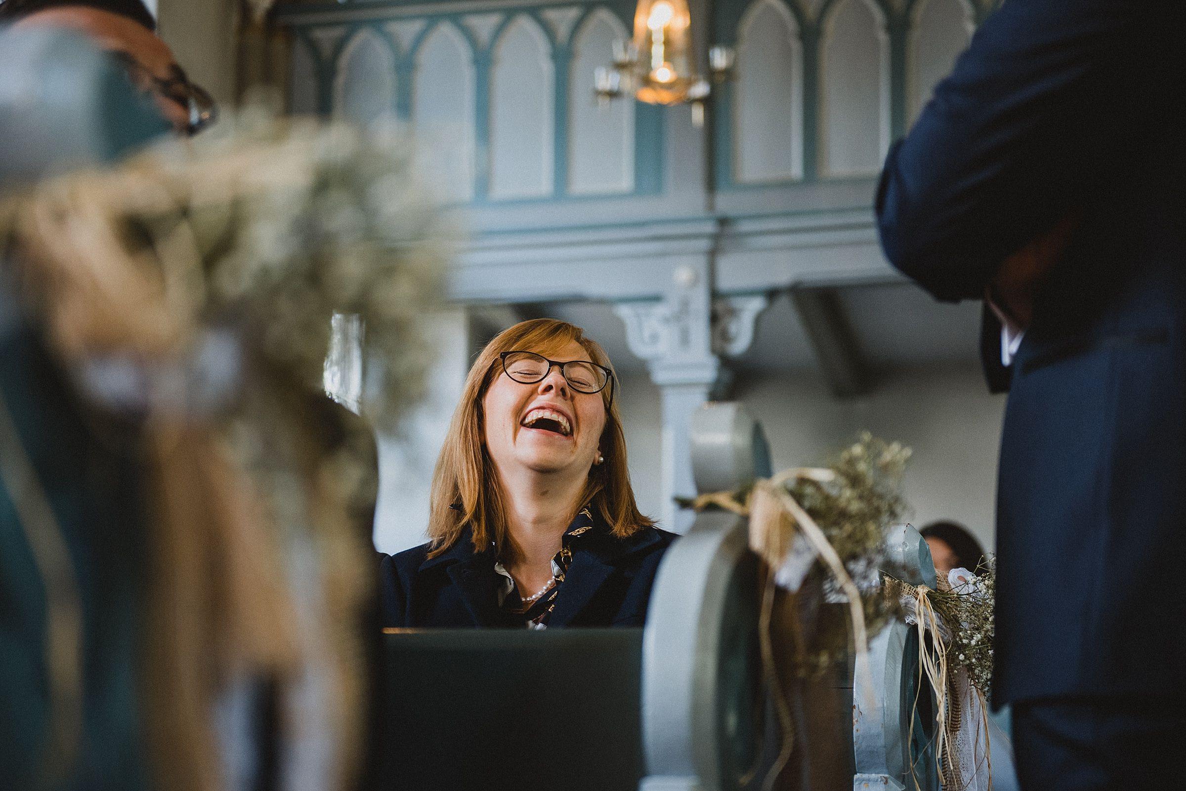 Hochzeitsfotografie Hamburg-Frau-Siemers-Gut Basthorst- Gast lacht