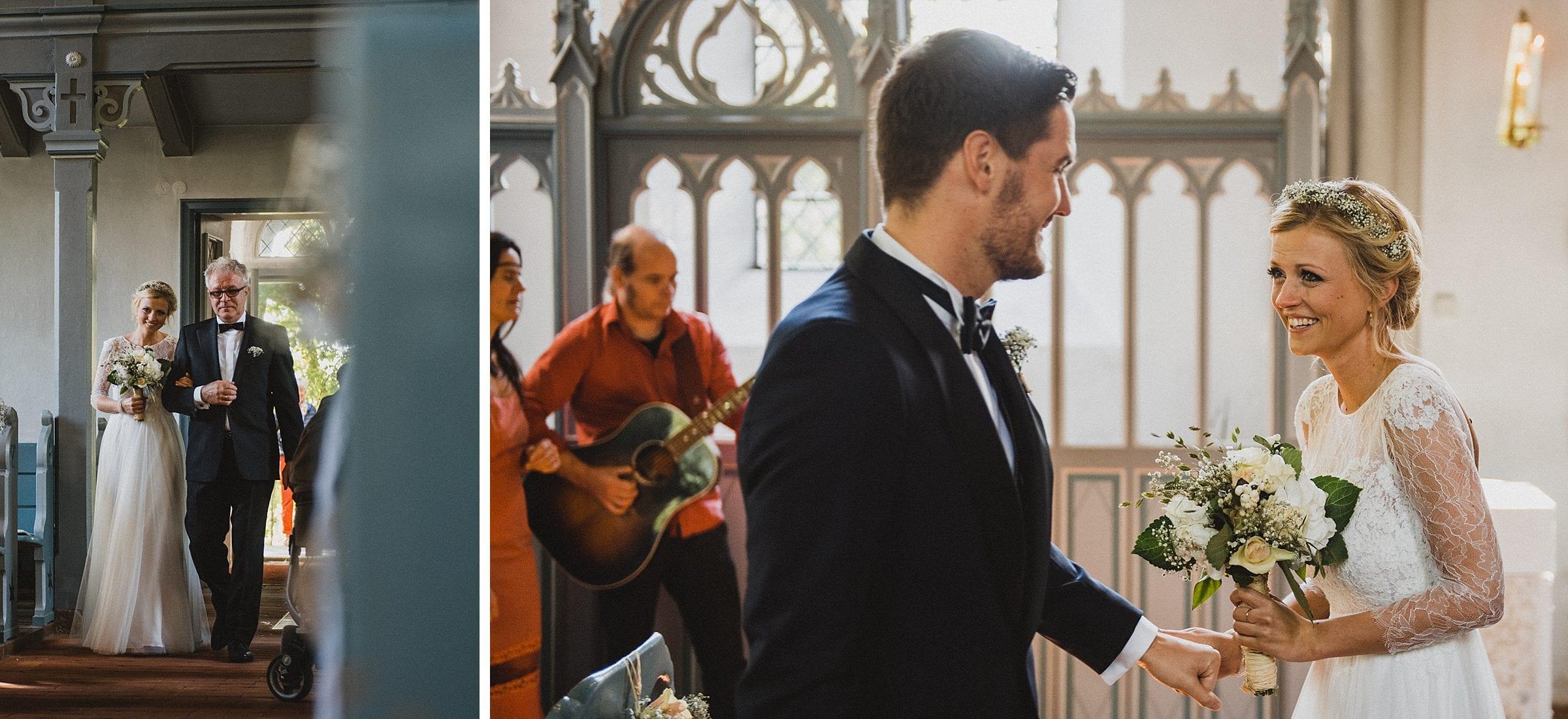 Hochzeitsfotografie Hamburg-Frau-Siemers-Gut Basthorst- kirchliche Trauung-Einmarsch mit Brautvater