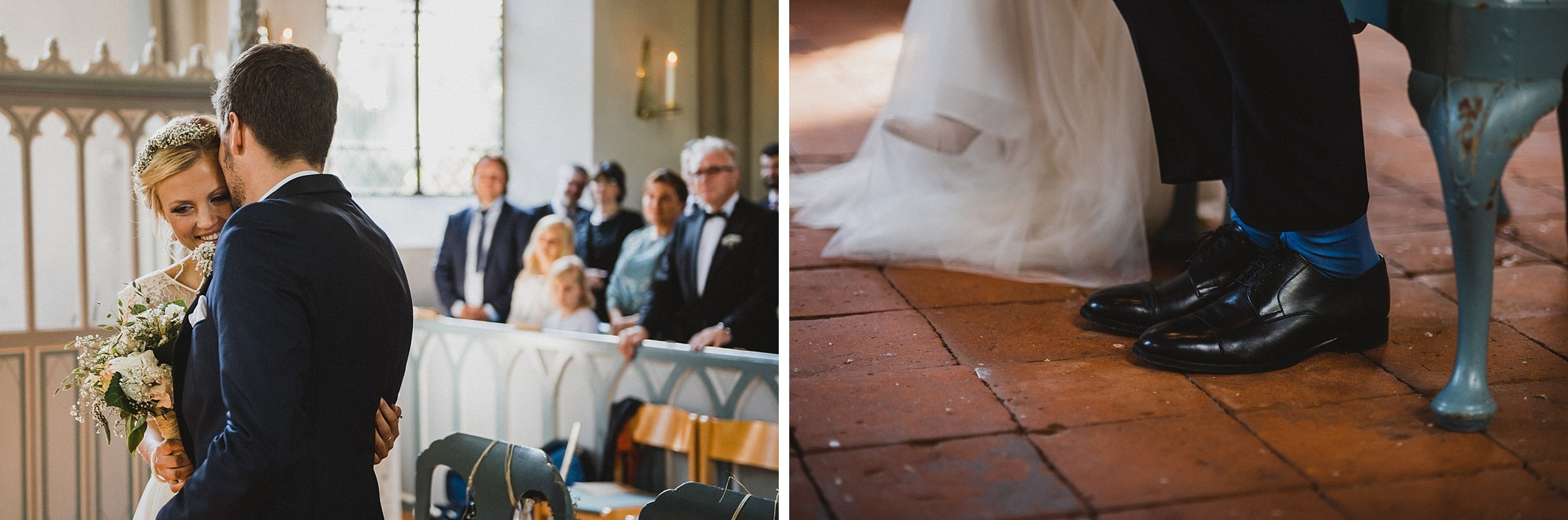 Hochzeitsfotografie Hamburg-Frau-Siemers-Gut Basthorst- kirchliche Trauung-Bräutigam küsst Braut auf die Schläfe.