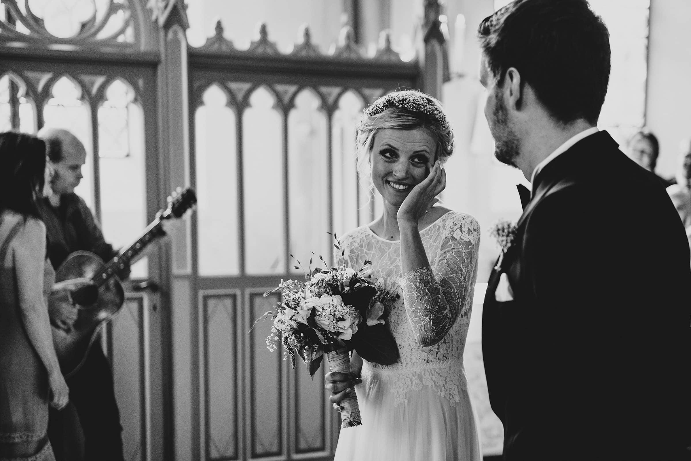 Hochzeitsfotografie Hamburg-Frau-Siemers-Gut Basthorst-Kirchliche Trauung-Braut weint