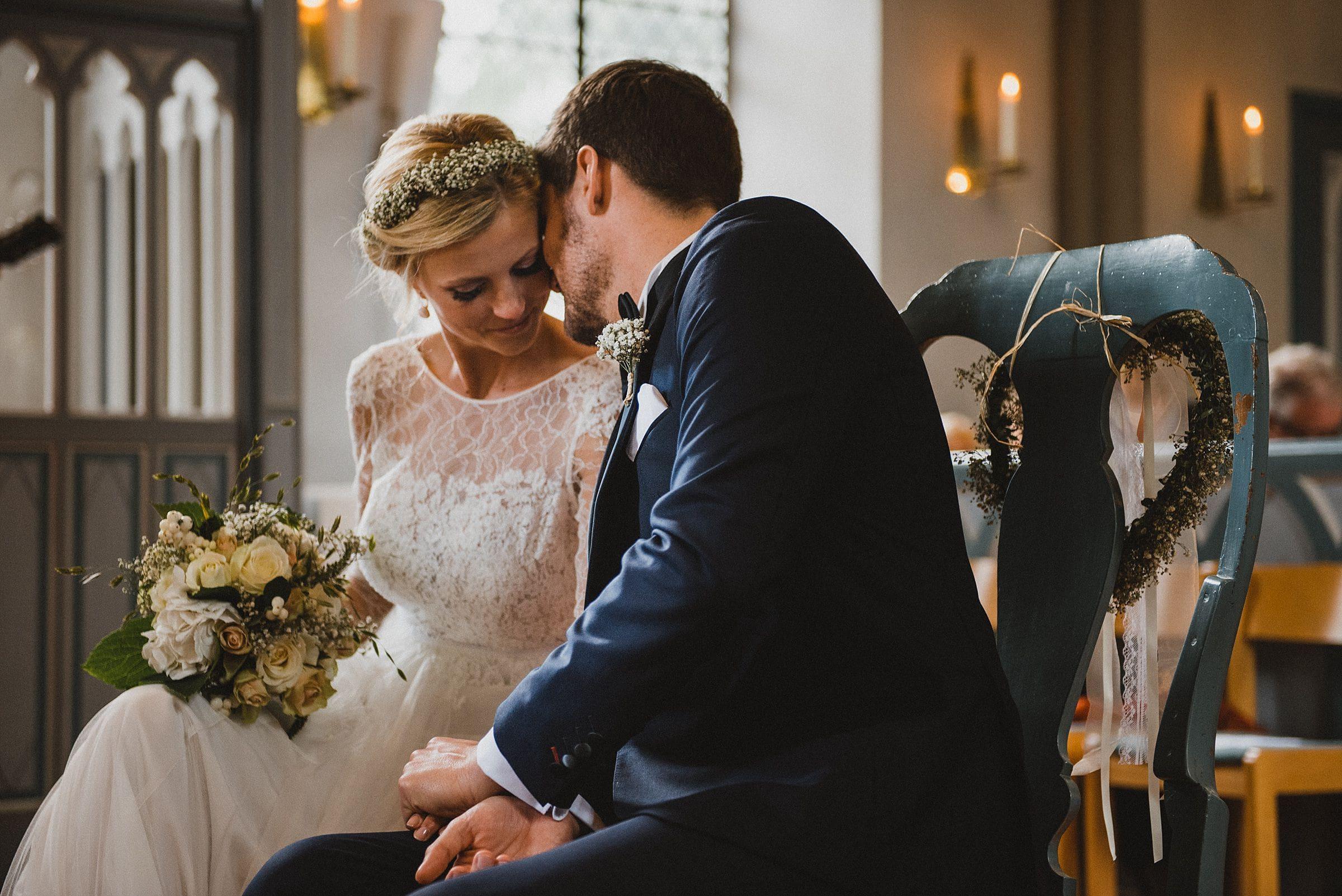 Hochzeitsfotografie Hamburg-Frau-Siemers-Gut Basthorst- kirchliche Trauung Brautpaar kuschelt miteinander