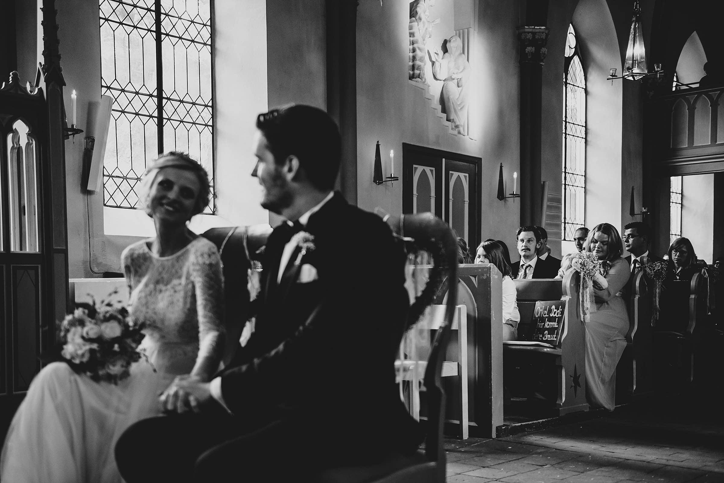 Hochzeitsfotografie Hamburg-Frau-Siemers-Gut Basthorst- kirchliche Trauung mit Blick auf die hinteren Bänke