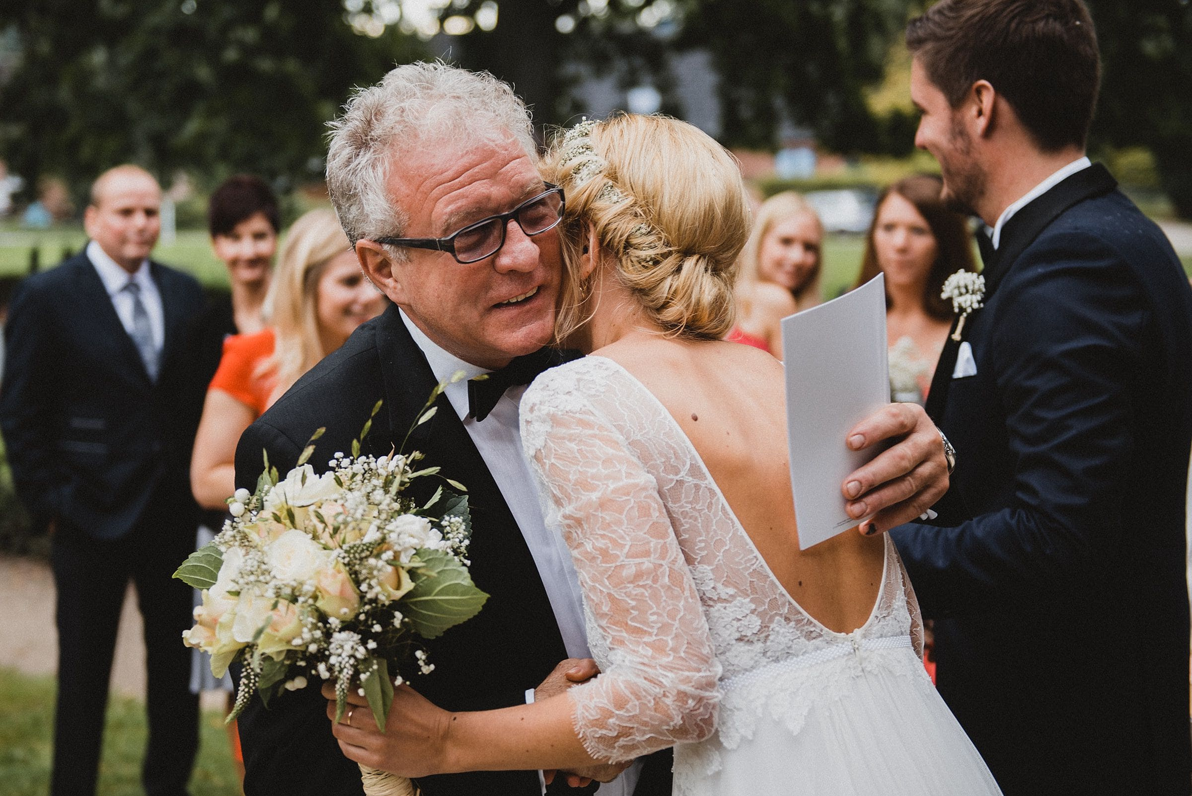 Hochzeitsfotografie Hamburg-Frau-Siemers-Gut Basthorst- Brautpapa gratuliert der Braut