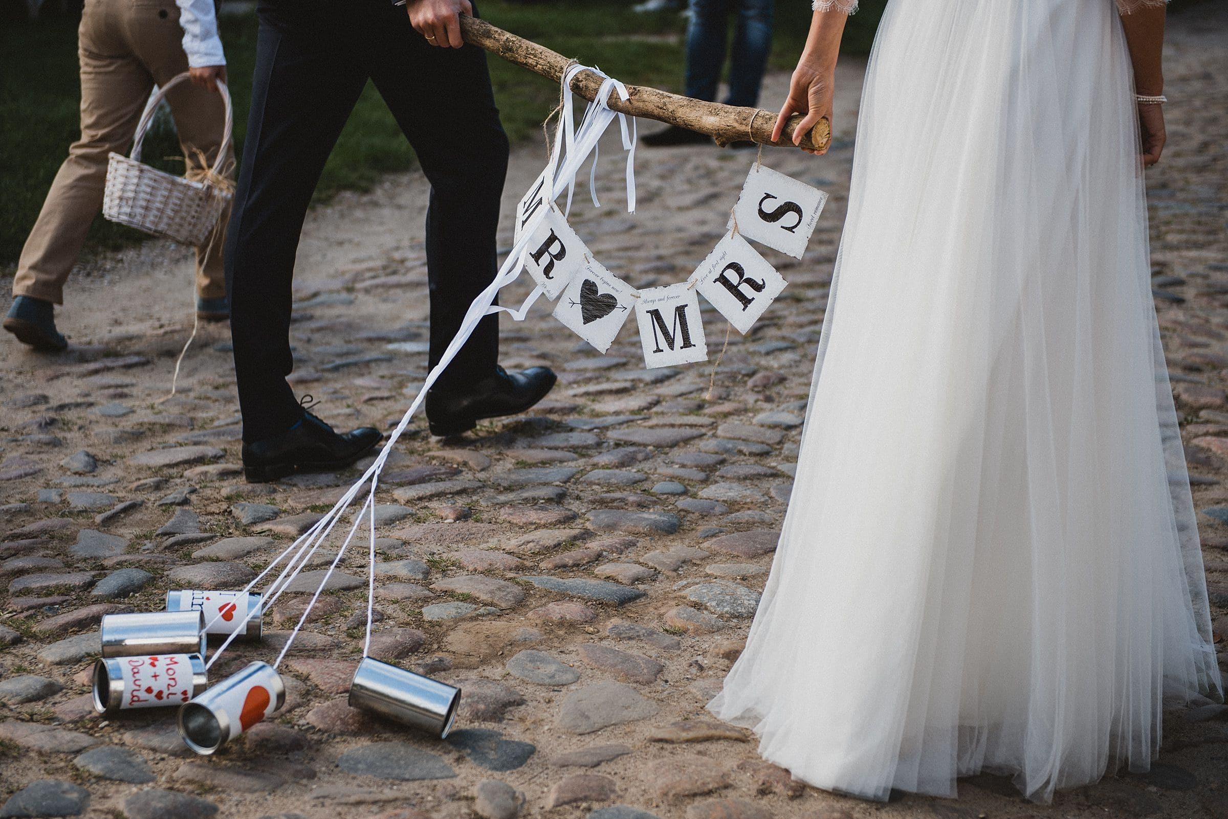 Hochzeitsfotografie Hamburg-Frau-Siemers-Gut Basthorst- Marsch von der Kirche zum Gut Basthorst