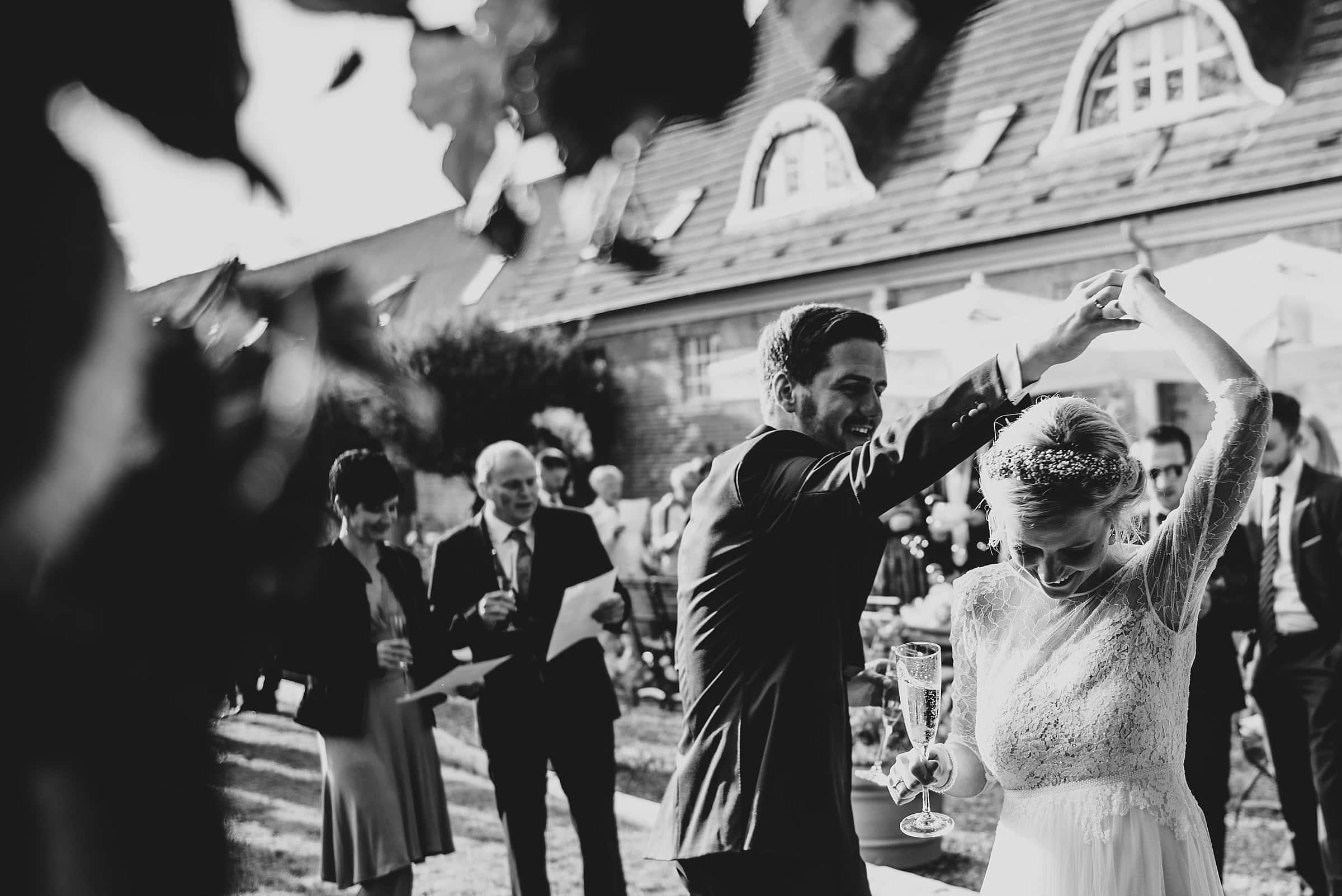 Hochzeitsfotografie Hamburg-Frau-Siemers-Gut Basthorst- Brautpaar tanzt