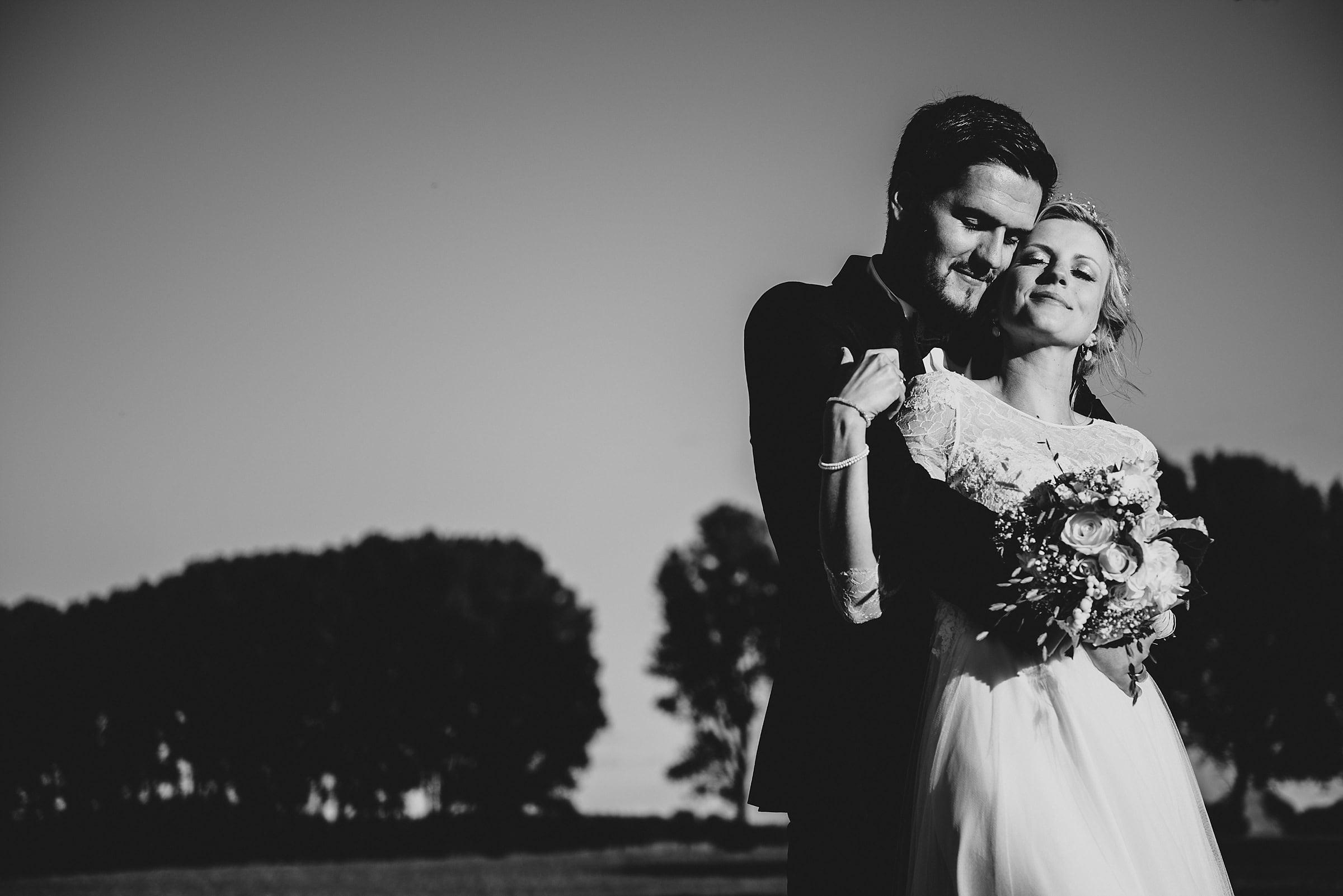 Hochzeitsfotografie Hamburg-Frau-Siemers-Gut Basthorst- Brautpaar genießt die Sonne und kuschelt