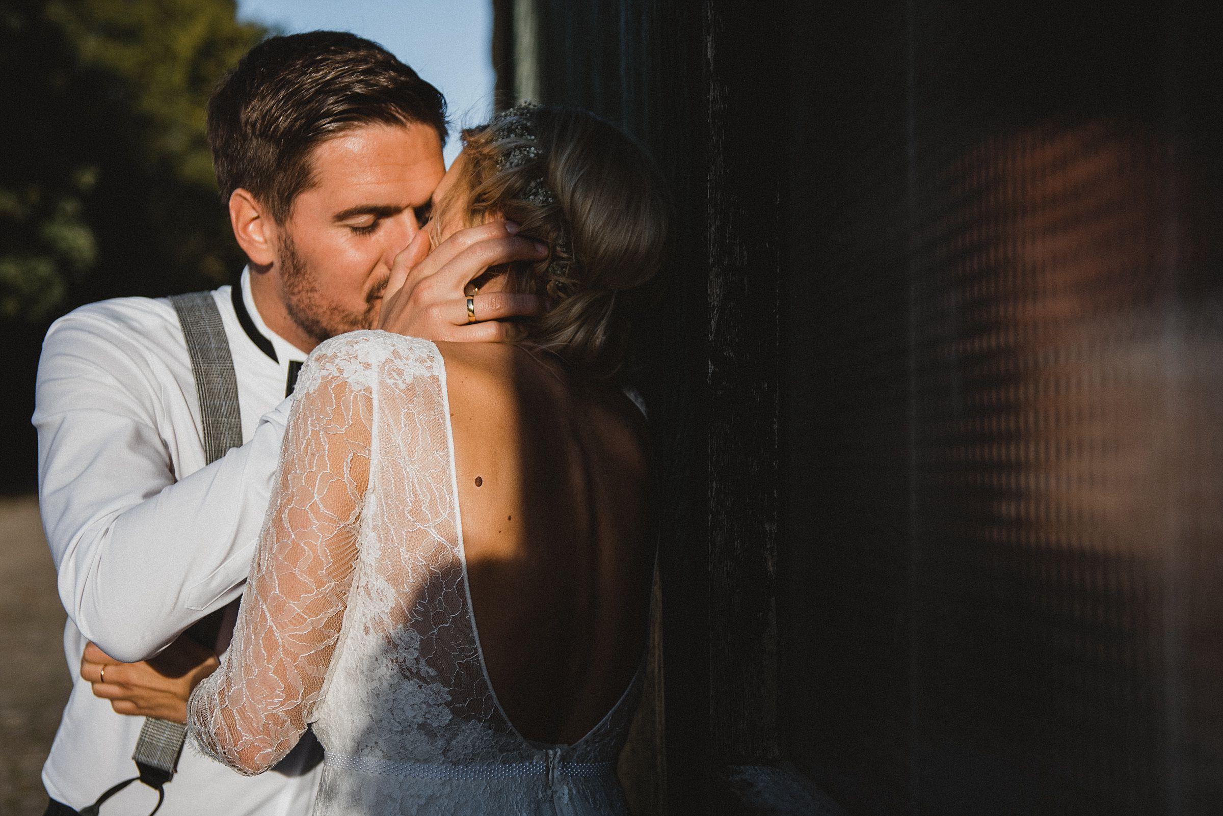 Hochzeitsfotografie Hamburg-Frau-Siemers-Gut Basthorst-Portrait-Brautpaar küsst sich