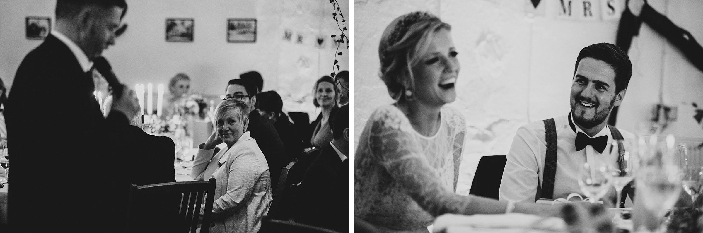Hochzeitsfotografie Hamburg-Frau-Siemers-Gut Basthorst- Rede Bräutigamvater - Reaktion Bräutigam lacht