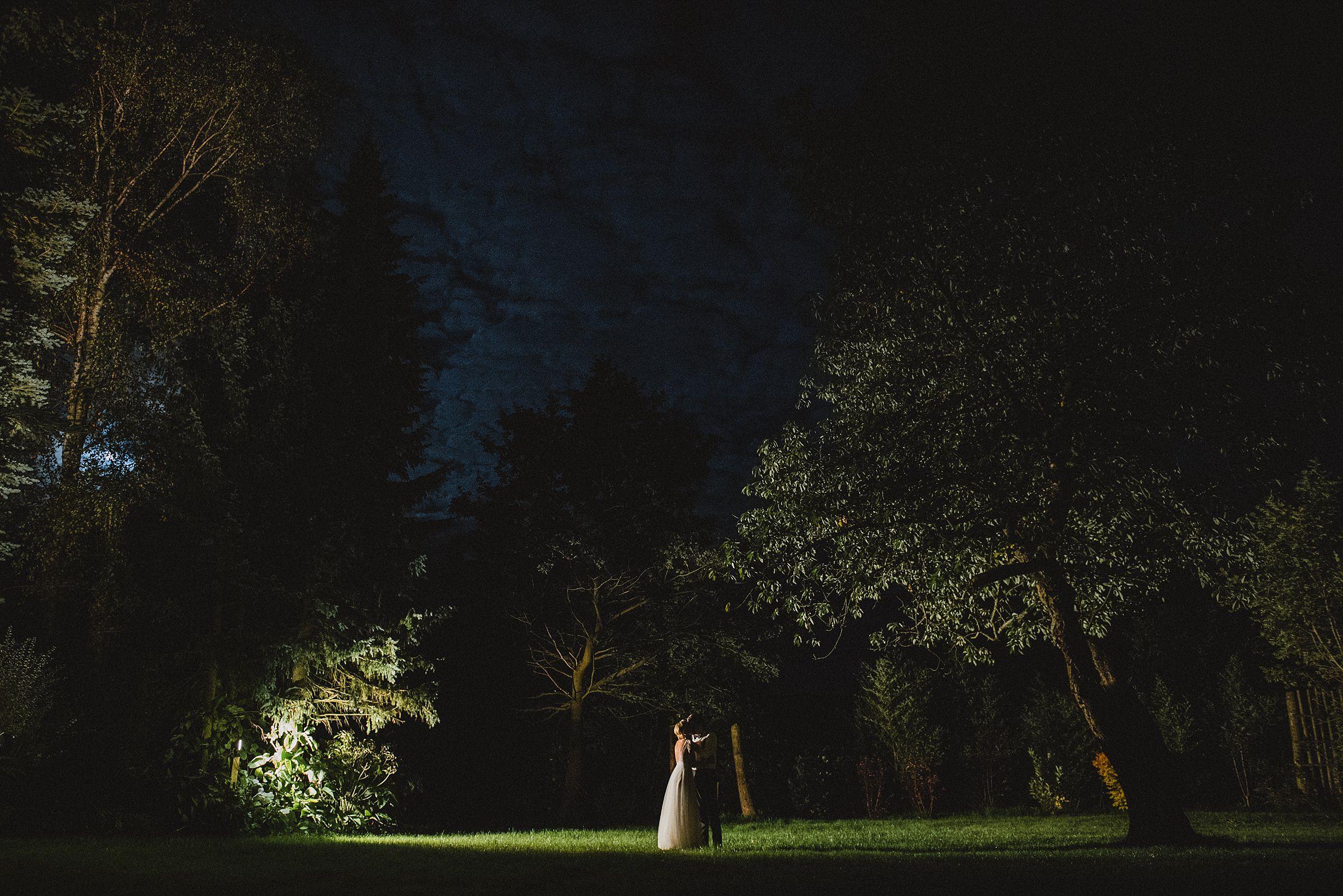 Hochzeitsfotografie Hamburg-Frau-Siemers-Gut Basthorst- Brautpaarbild im Mondschein- Nachtaufnahme