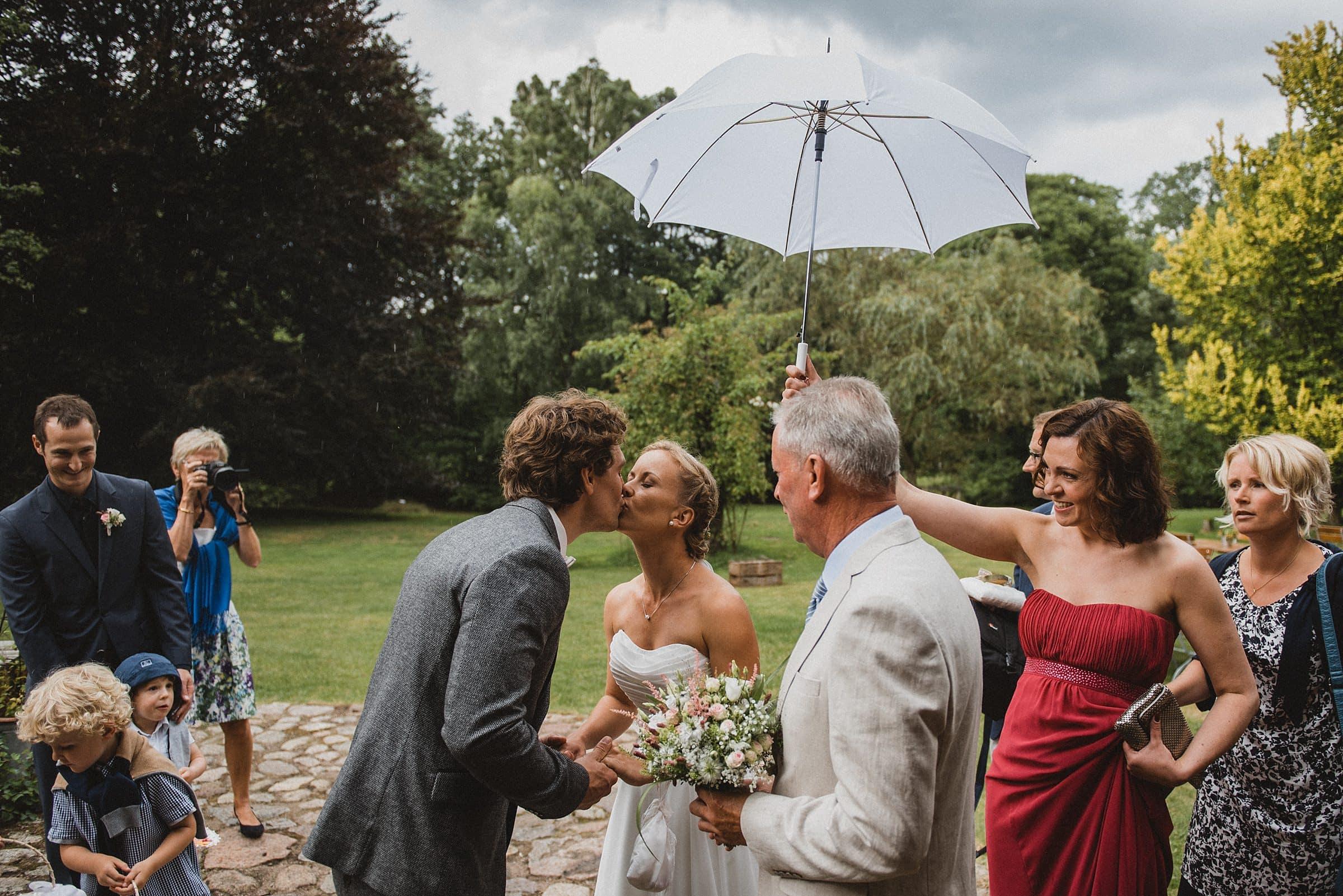 Hochzeitsfotografie-Frau-Siemers-Hof Weihe-first Look unterm Regenschirm