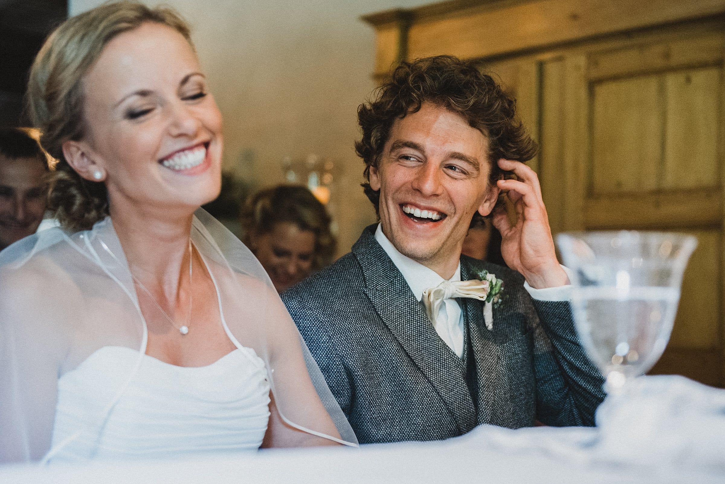 Hochzeitsfotografie-Frau-Siemers-Hof Weihe-freie Trauung-Brautpaar lacht