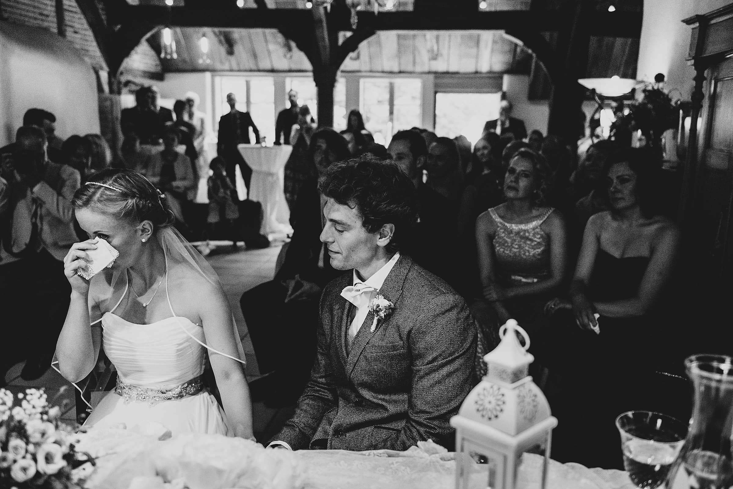 Hochzeitsfotografie-Frau-Siemers-Hof Weihe-freie Trauung-Braut weint