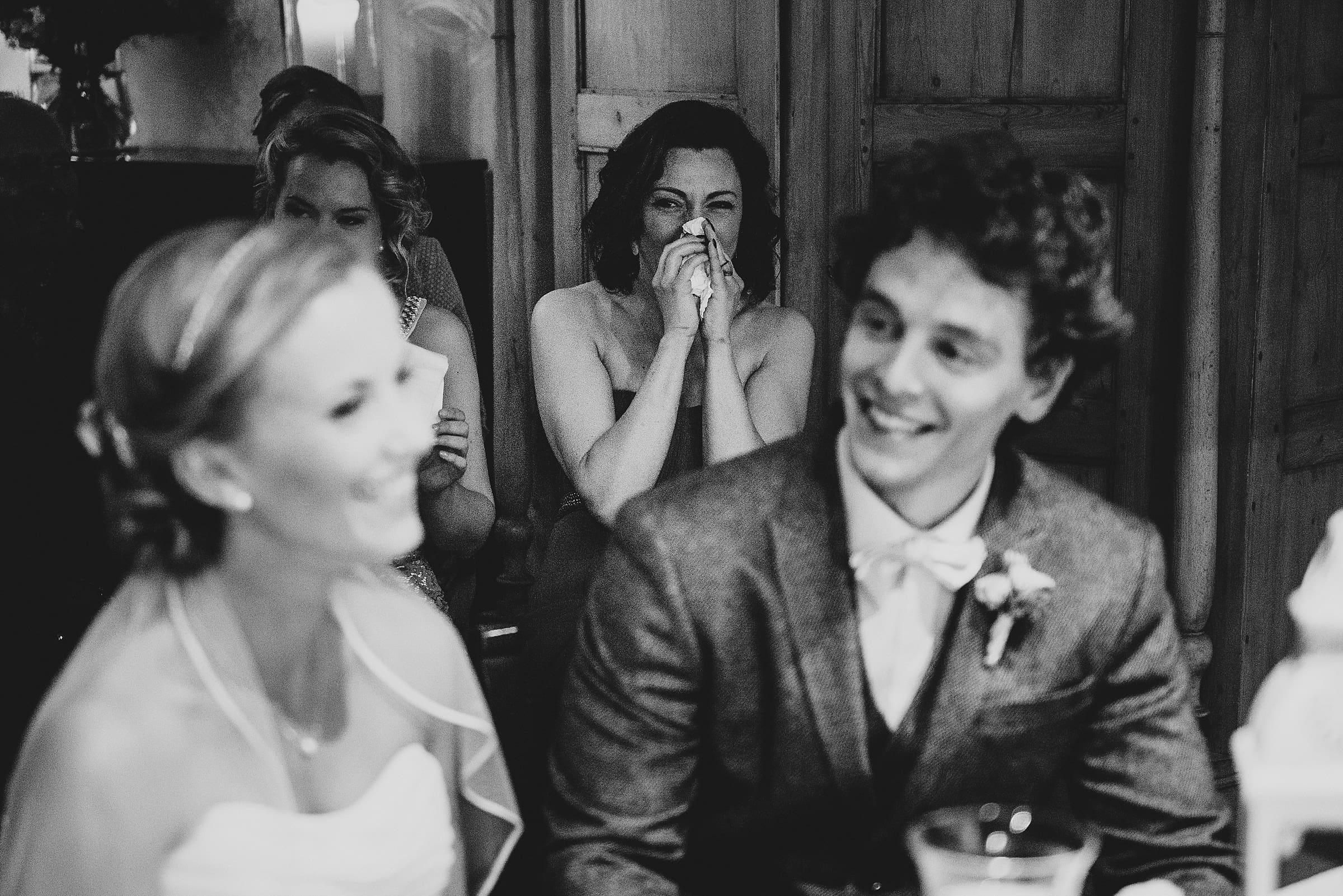 Hochzeitsfotografie-Frau-Siemers-Hof Weihe-freie Trauung-Trauzeugin weint