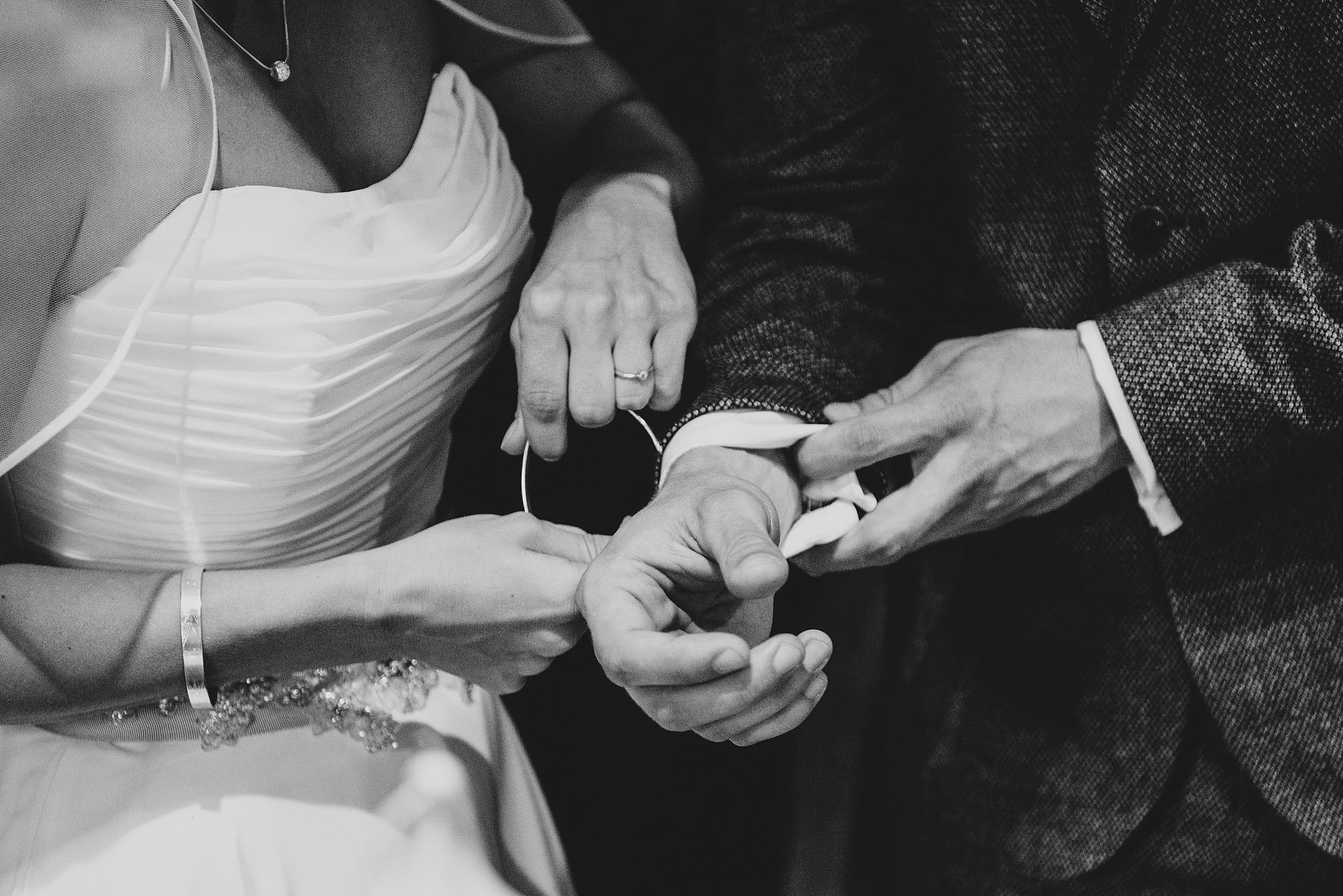 Hochzeitsfotografie-Frau-Siemers-Hof Weihe-freie Trauung-Armreifwechsel