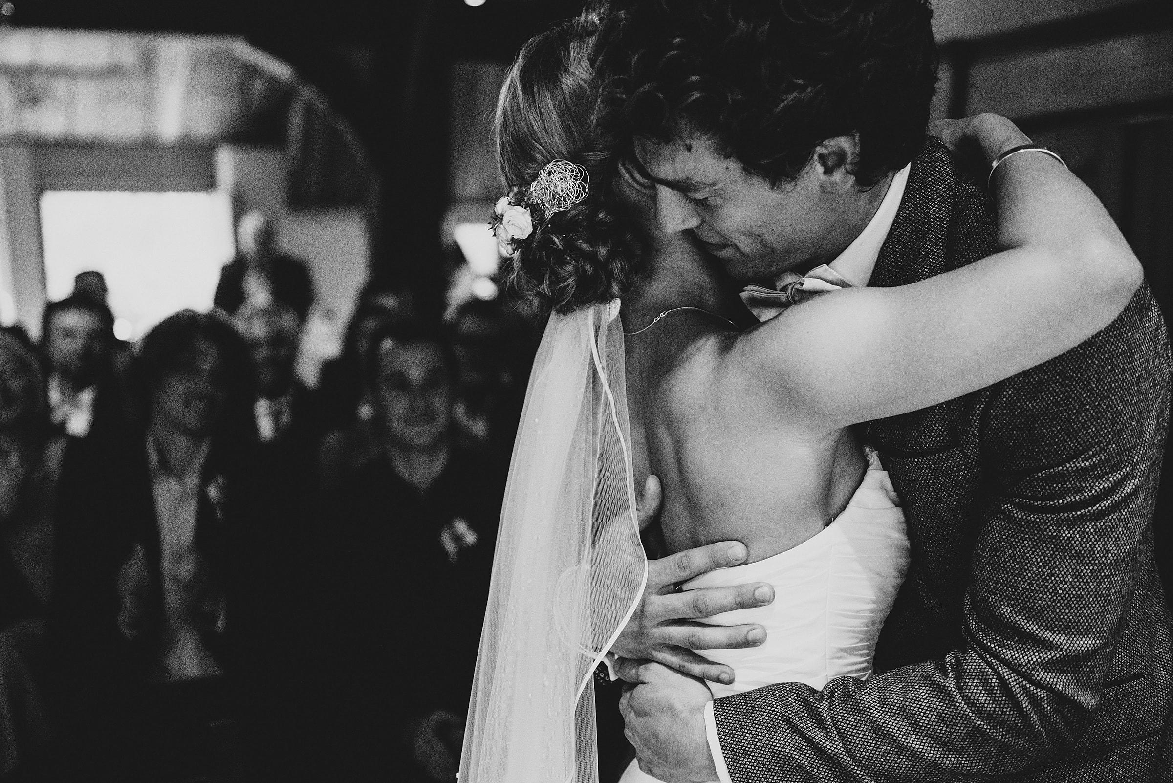Hochzeitsfotografie-Frau-Siemers-Hof Weihe-freie Trauung-Hochzeitskuss Brautpaar