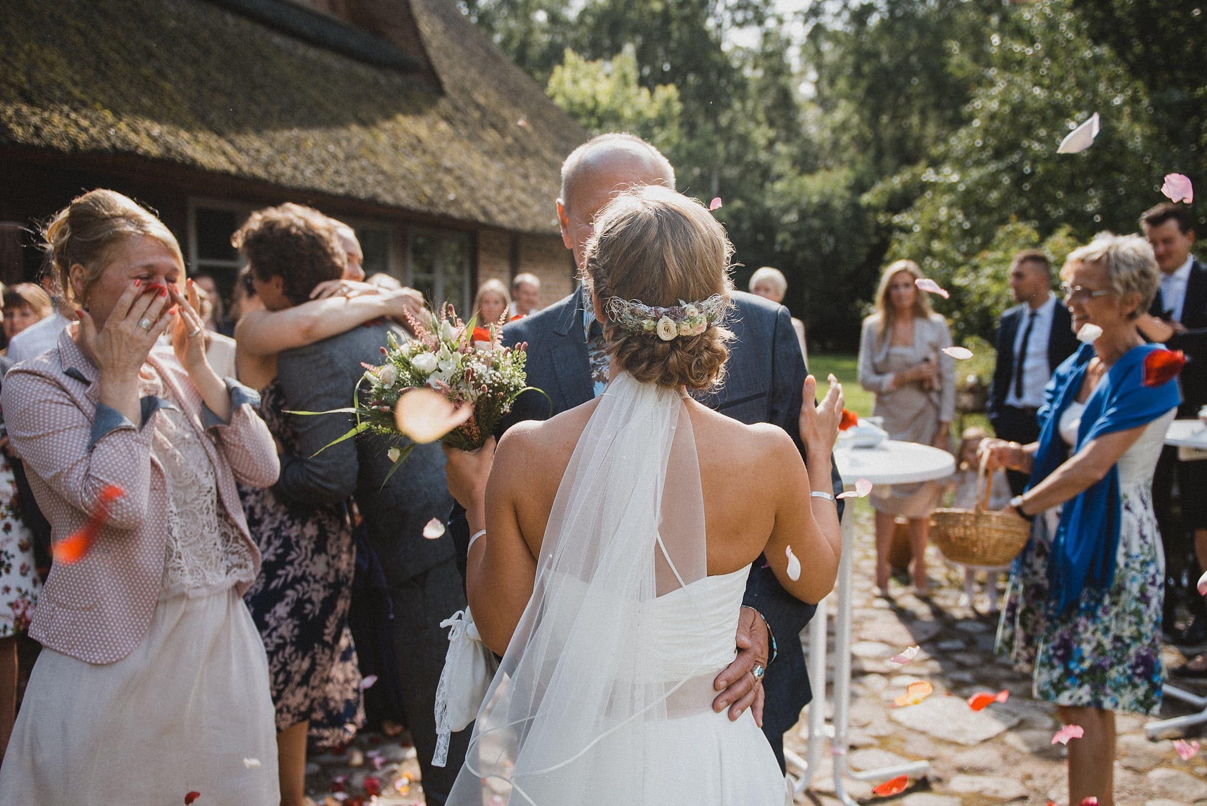 Hochzeitsfotografie-Frau-Siemers-Hof Weihe-Gratulation Brautpaar-Brautmutter weint