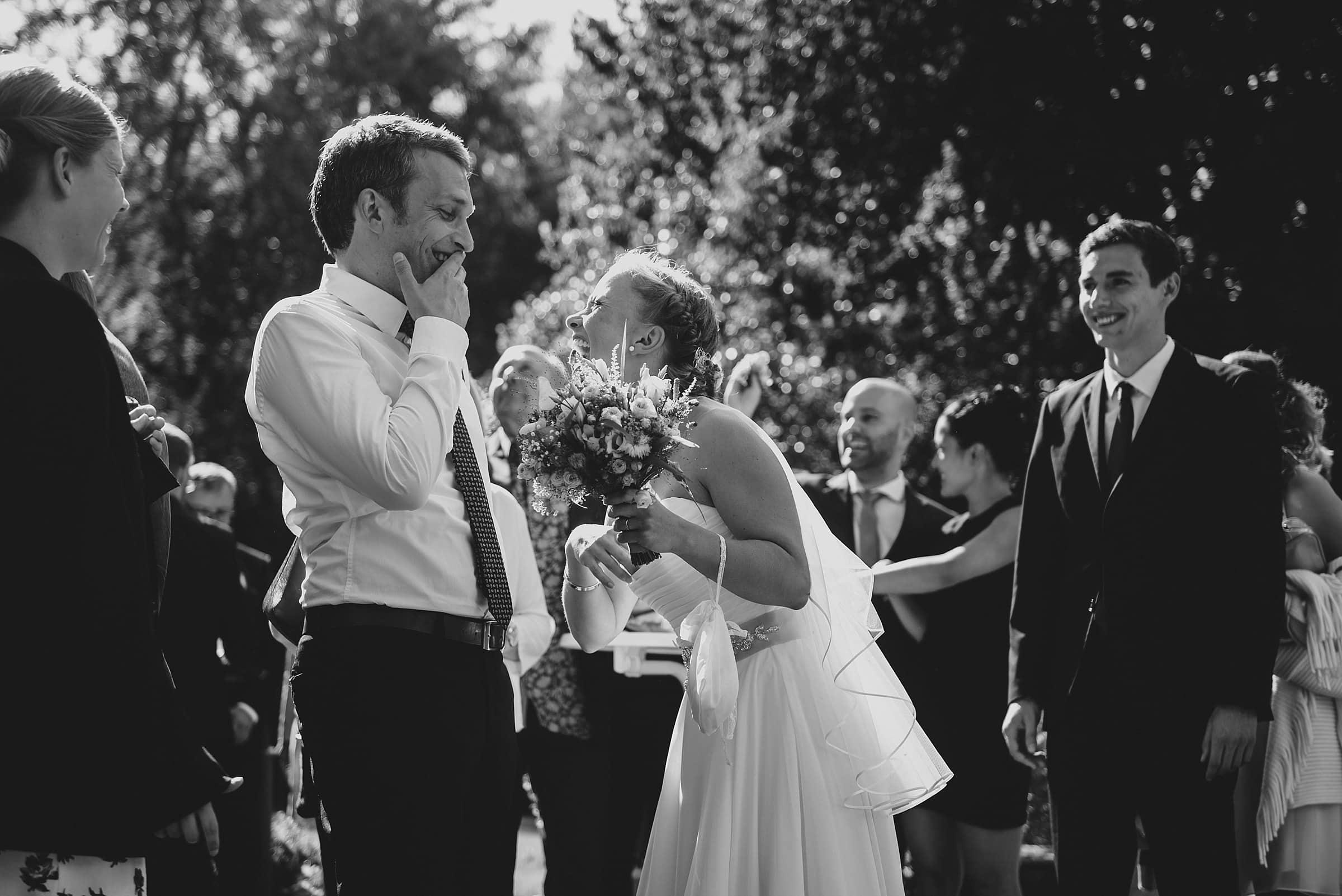 Hochzeitsfotografie-Frau-Siemers-Hof Weihe-Braut lacht mit einem Gast