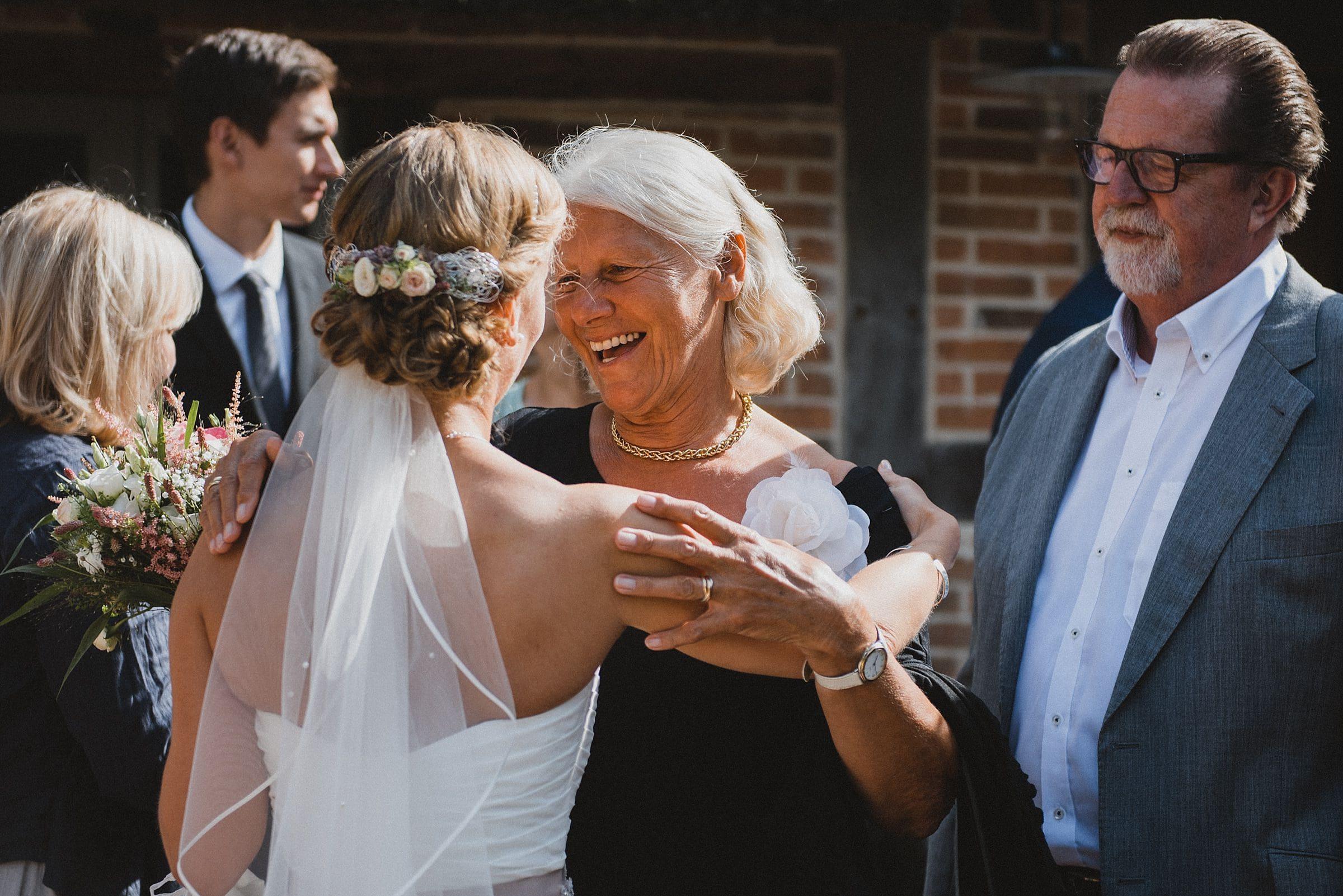 Hochzeitsfotografie-Frau-Siemers-Hof Weihe-Gratulation durch Großmutter