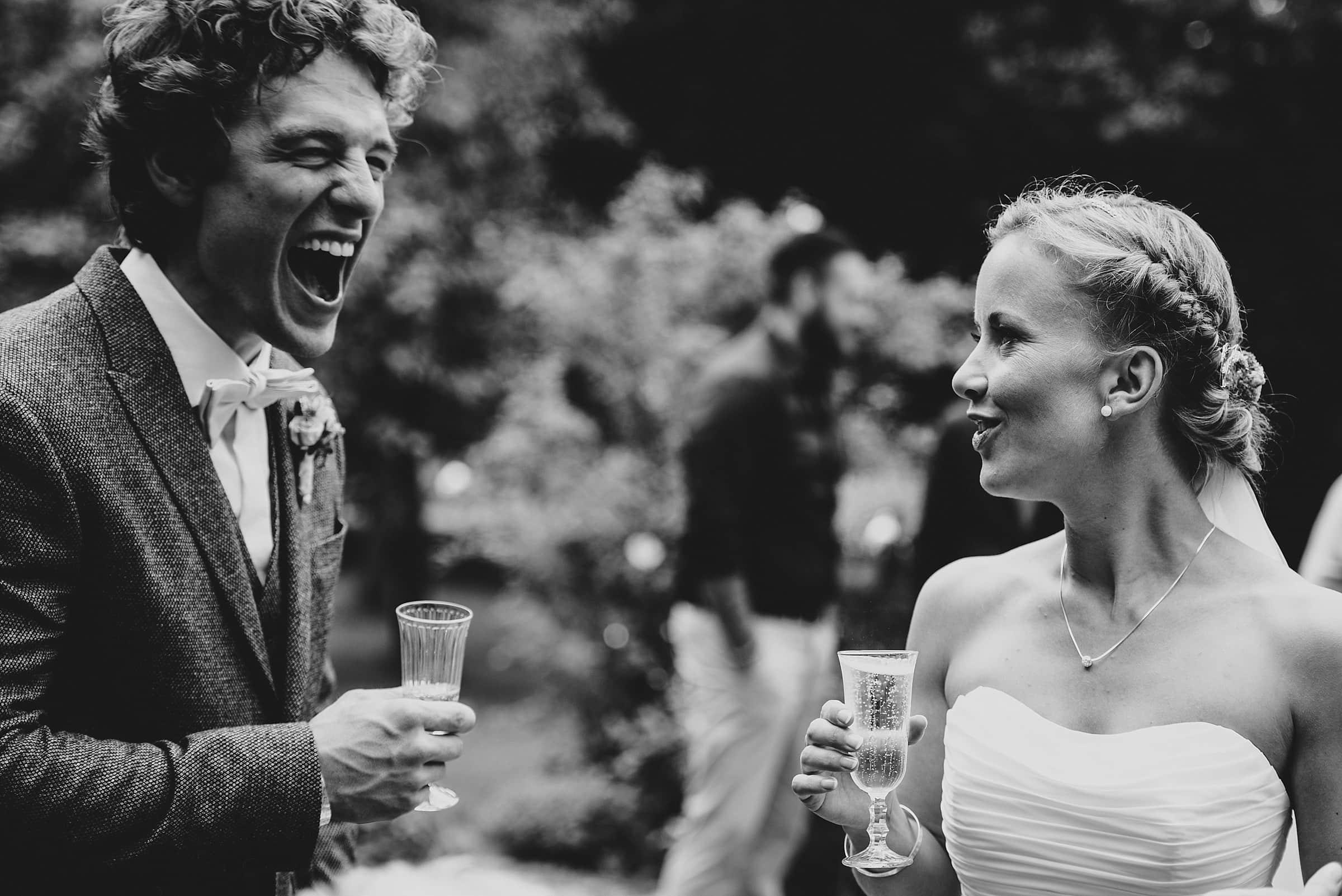 Hochzeitsfotografie-Frau-Siemers-Hof Weihe-Brautpaar lacht