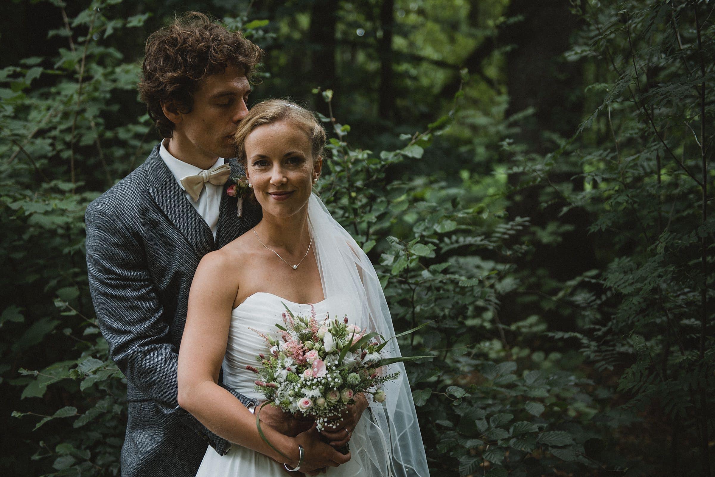 Hochzeitsfotografie-Frau-Siemers-Hof Weihe-Portrait Brautpaar im Wald