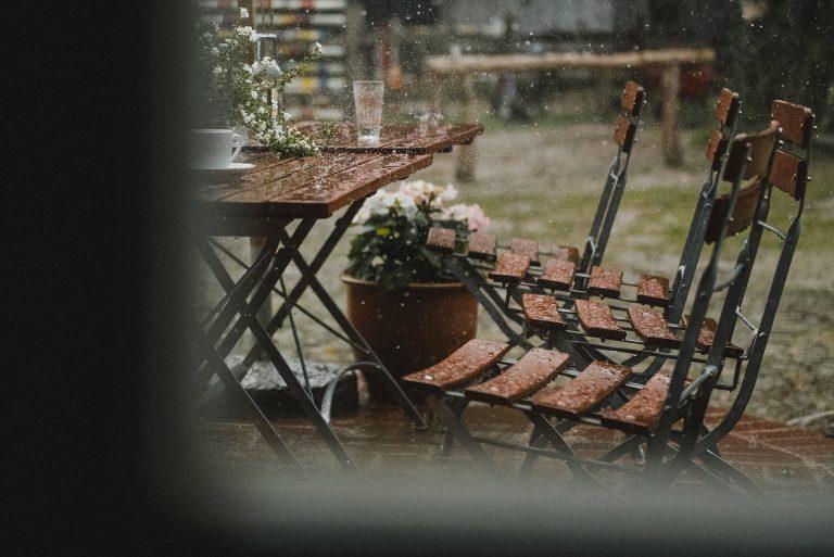 Hochzeitsfotografie-Frau-Siemers-Hof Weihe-Das Wetter macht doch immer was es will. Es regnet in strömen.