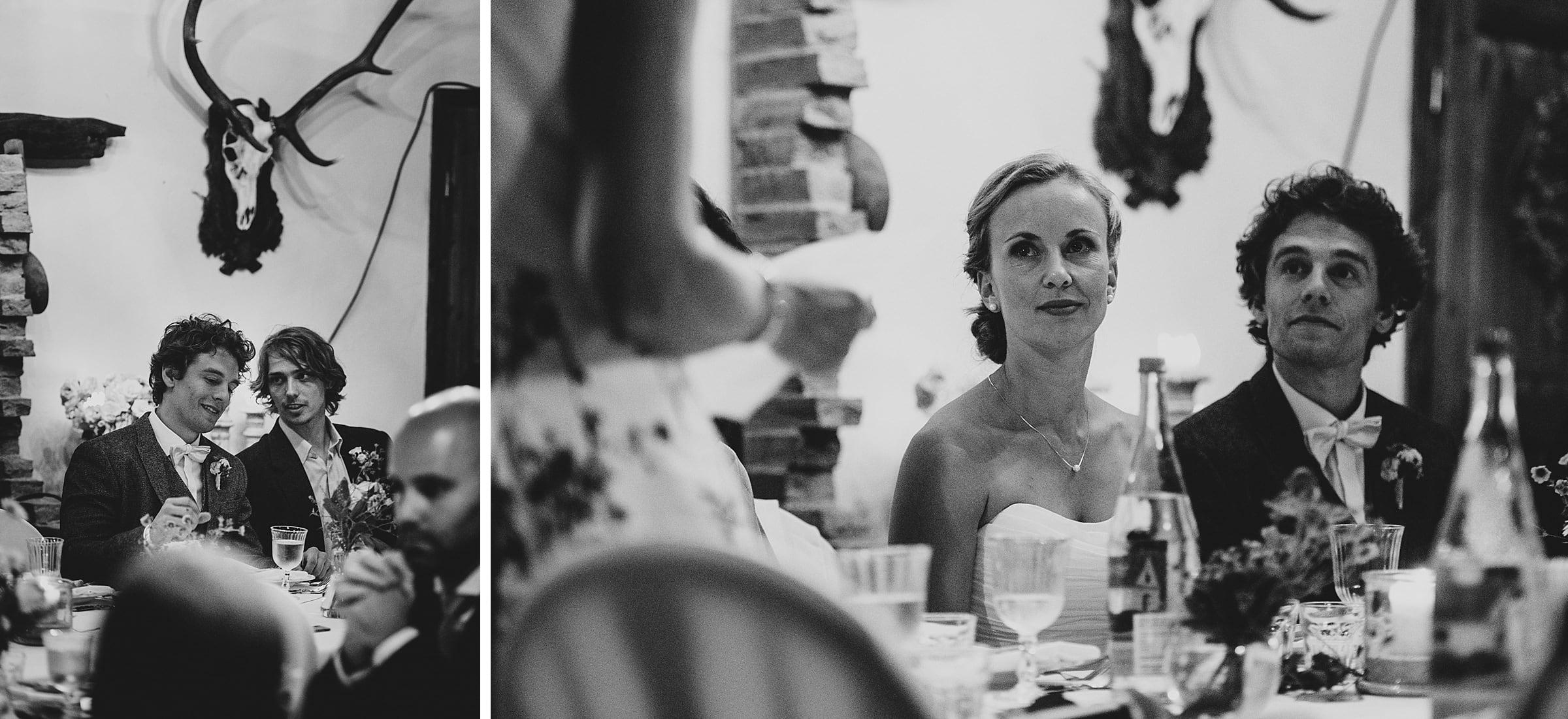 Hochzeitsfotografie-Frau-Siemers-Hof Weihe-Rede eines Gastes-Brautpaar hört zu