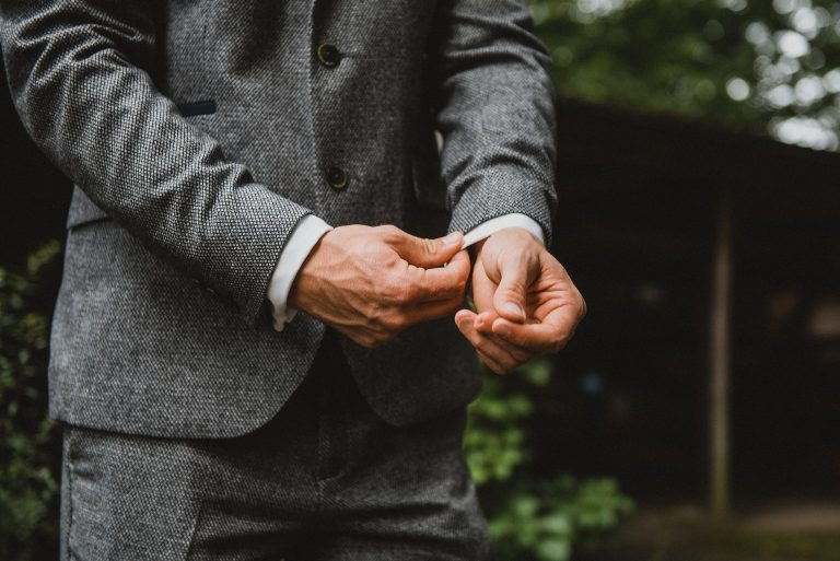 Hochzeitsfotografie-Frau-Siemers-Hof Weihe-Nahaufnahme Hände Bräutigam