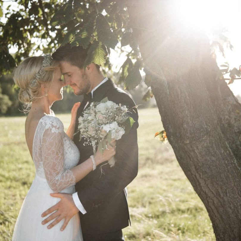 Hochzeitsfotografie Gut Basthorst- Hochzeitspaar unter dem Kastanienbaum