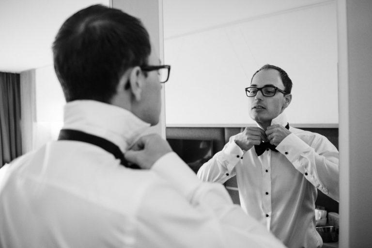 Hochzeitsfotografie Sankt-Peter Ording- Getting Ready Strandgut Resort- Bräutigam legt Fliege an