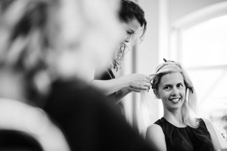 Hochzeitsfotografie Sankt-Peter Ording- Getting Ready Strandgut Resort- beim Friseur.
