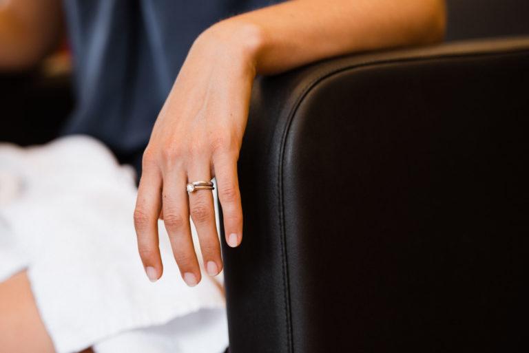 Hochzeitsfotografie Sankt-Peter Ording- Getting Ready Strandgut Resort-Verlobungsring