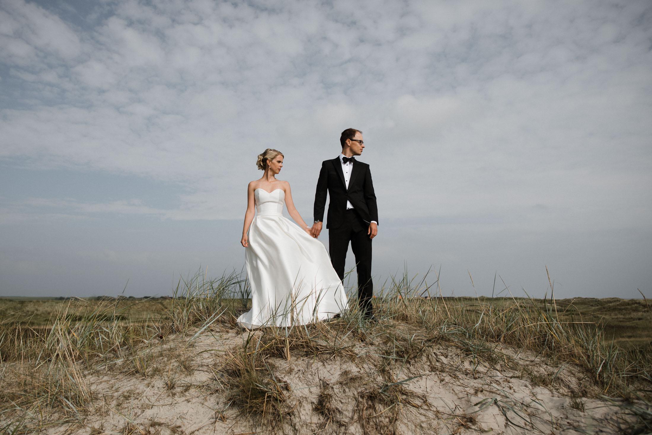 Hochzeitsfotografie Sankt-Peter Ording- Hochzeitsbilder am Strand- Brautpaar Hand in Hand