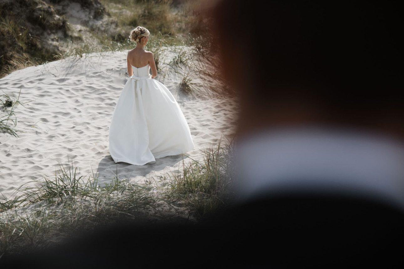 Hochzeitsfotografie Sankt-Peter Ording- Hochzeitsbilder am Strand- Fokus auf die Braut.