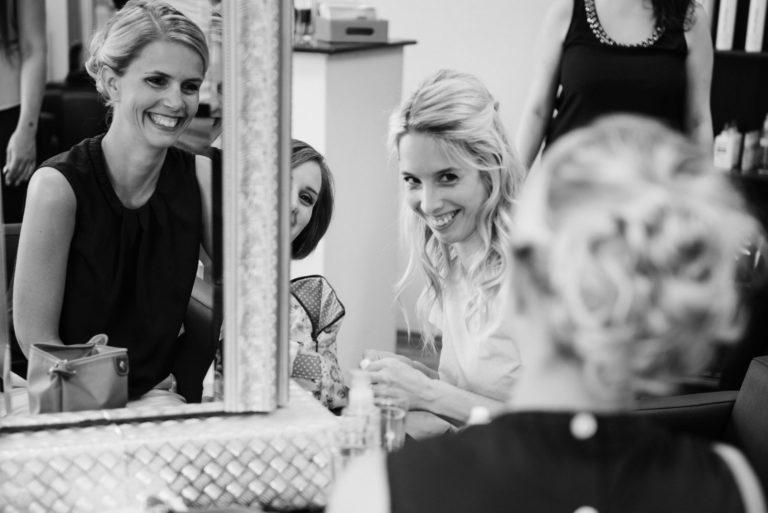 Hochzeitsfotografie Sankt-Peter Ording- Getting Ready Strandgut Resort- Braut wird von den Trauzeuginnen angestrahlt.