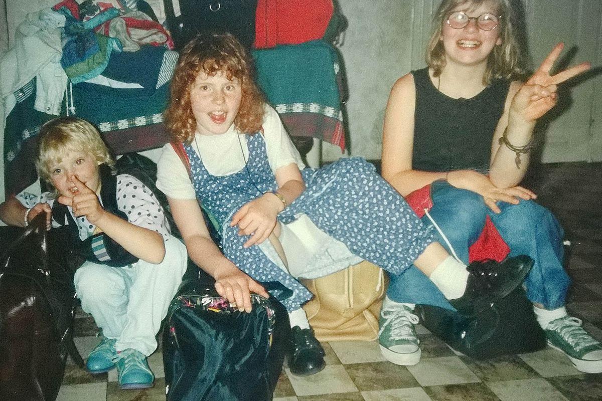 Junggesellinnenabschied_Kindheit_Reise Wangerooge_auf gepackten Koffern sitzen