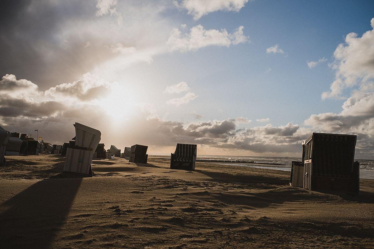 Junggesellinnenabschied_Reise Wangerooge_am Strand_Strandkörbe im Gegenlicht