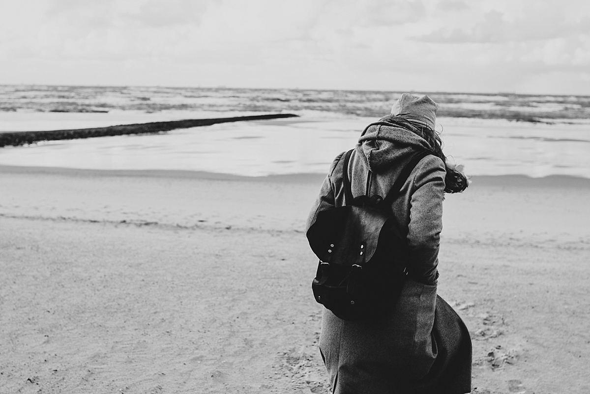 Junggesellinnenabschied_Reise Wangerooge_am Strand_Person von hinten mit Blick auf Strand