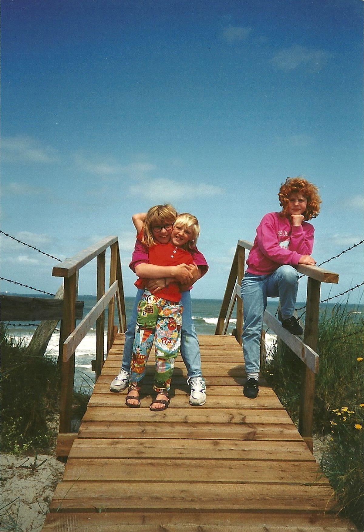 Junggesellinnenabschied_Reise Wangerooge_am Strand_die Sonne scheint_Kindheit_Familienbild