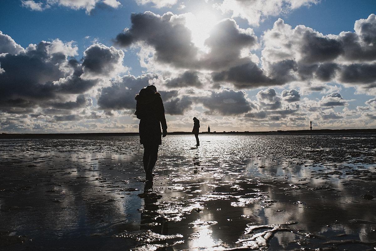 Junggesellinnenabschied_Reise Wangerooge_am Strand_die Sonne scheint_Wolken_Wattenmeer_Im Gegenlicht