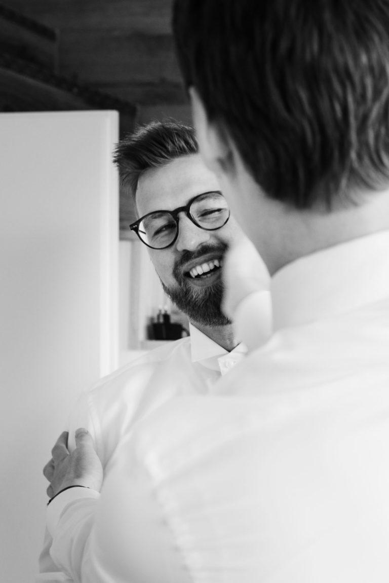 Hochzeitsfotografie Bremen- Getting Ready Bräutigam. Trauzeuge klatscht ermunternd auf die Wangen des Bräutigams.