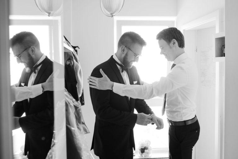 Hochzeitsfotografie Bremen- Getting Ready Bräutigam. Trauzeuge klopft ermunternd auf die Schultern des Bräutigams.