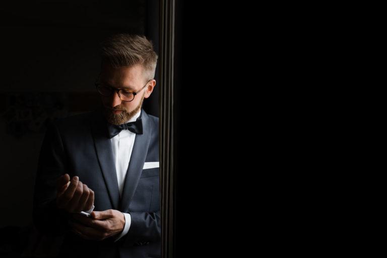 Hochzeitsfotografie Bremen- Getting Ready Bräutigam. Portrait Bräutigam am Fenster.