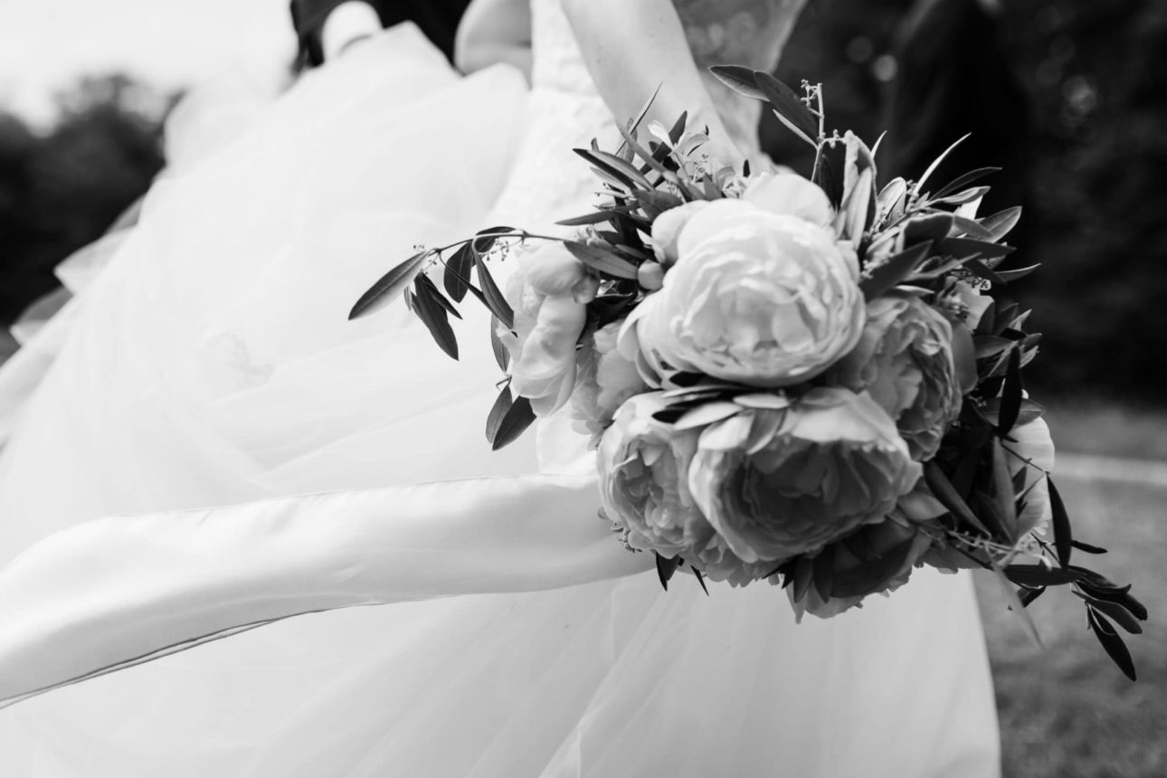 Hochzeitsfotografie Bremen- Brautstrauß aus Pfingstrosen in Bewegung.