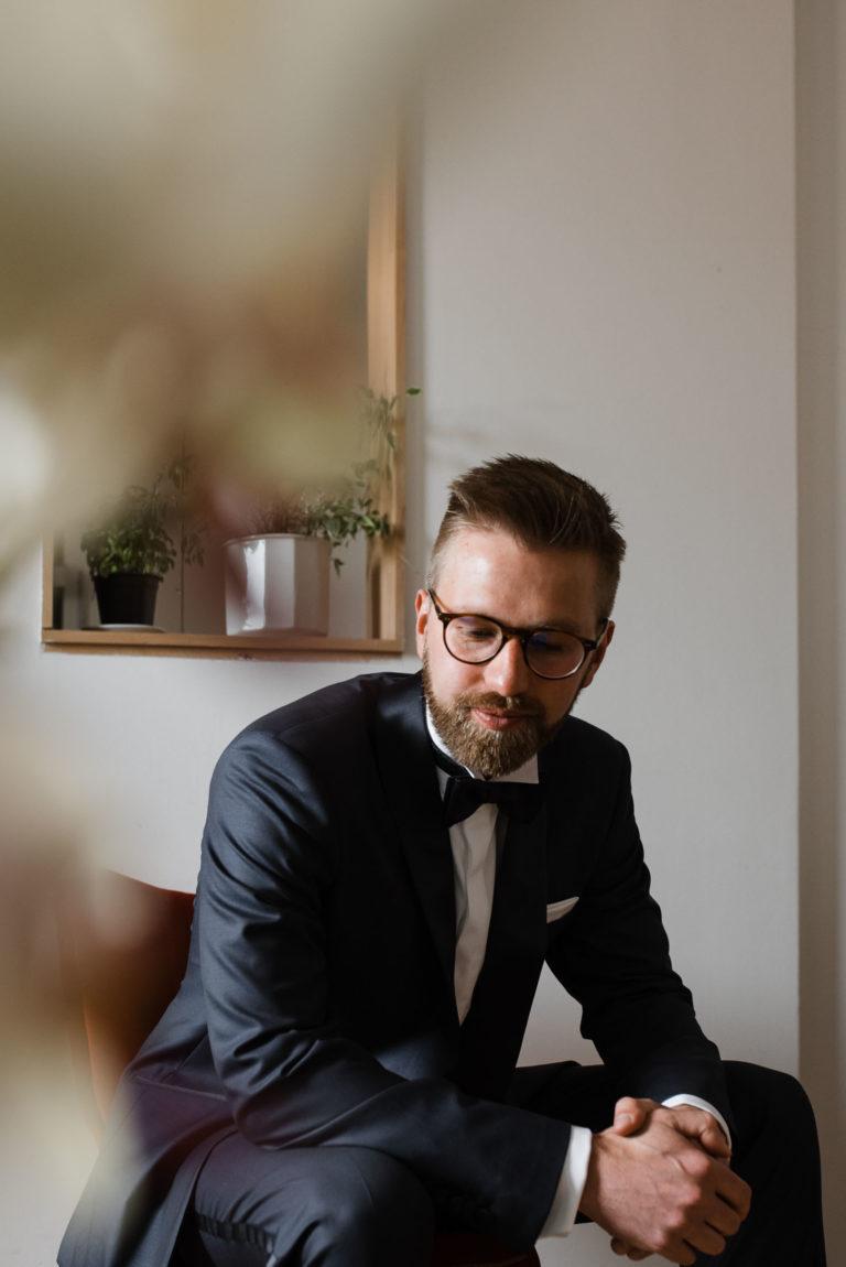 Hochzeitsfotografie Bremen- Getting Ready Bräutigam. Portrait Bräutigam - sitzend auf dem Stuhl.