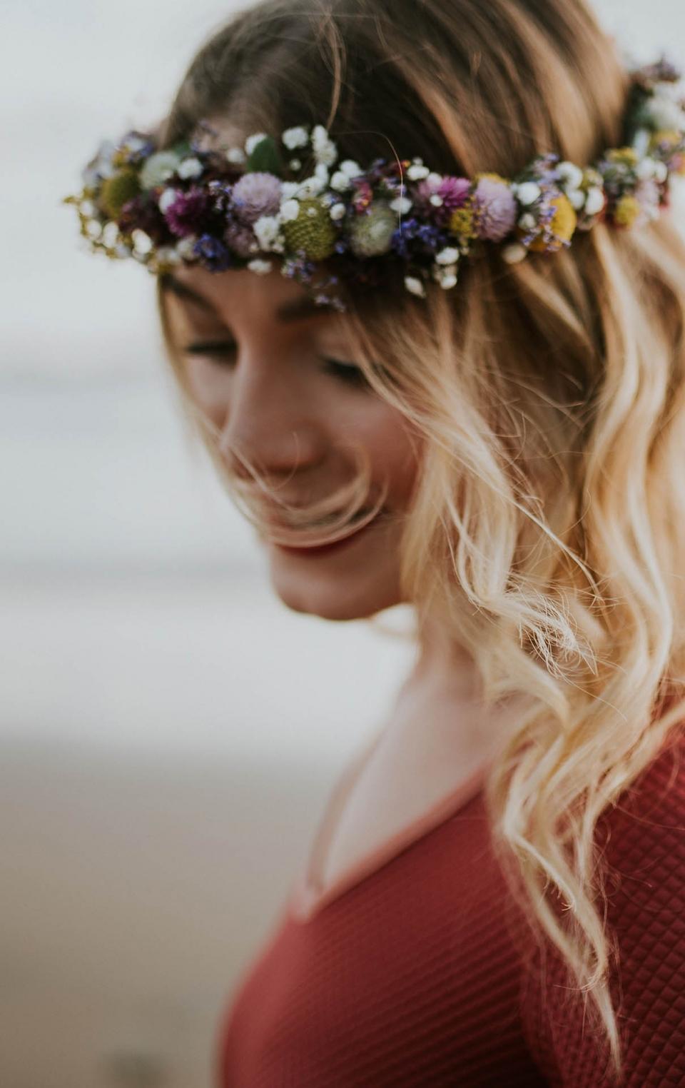 Brautjungfer mit Haarkranz in Bewegung_ Frau Siemers