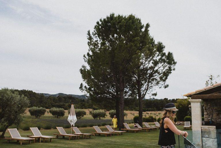 Hochzeitsfotografie Provence- Destination Hochzeit- Beginn get together - Braut schaut auf Swimmingpool