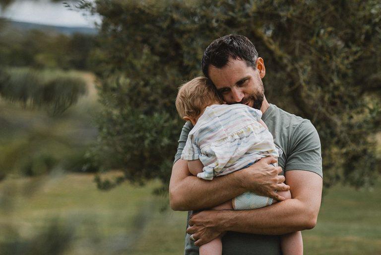 Hochzeitsfotografie Provence- Destination Hochzeit- Beginn get together - Bräutigam kuschelt mit seiner Tochter
