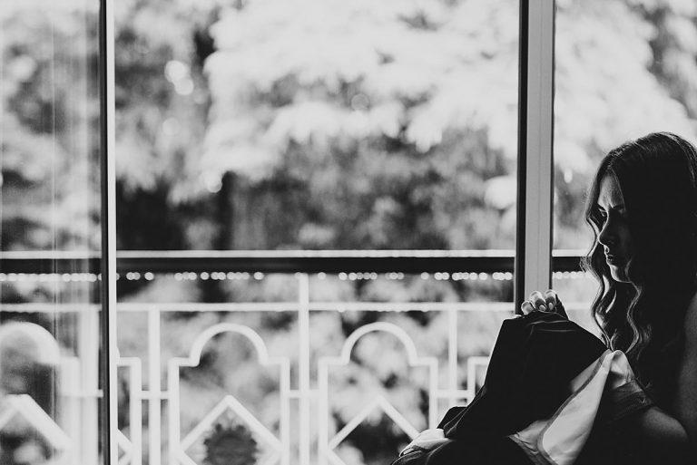 Hochzeitsfotografie Dorsten- Trauzeugin näht Anzughose